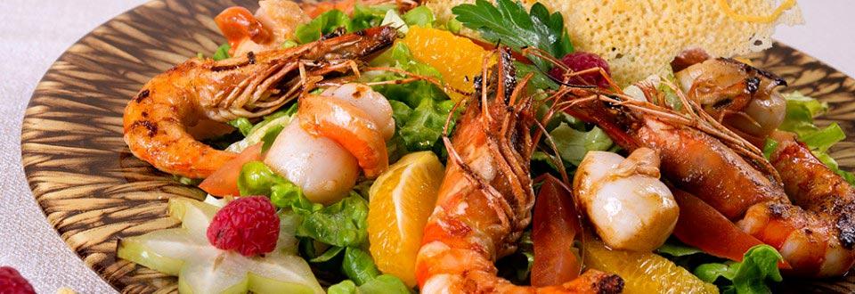 Salade sentimentale : noix de saint-jacques, gambas grillés